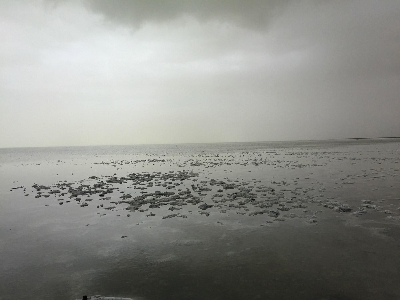 茶卡盐湖湖面近观