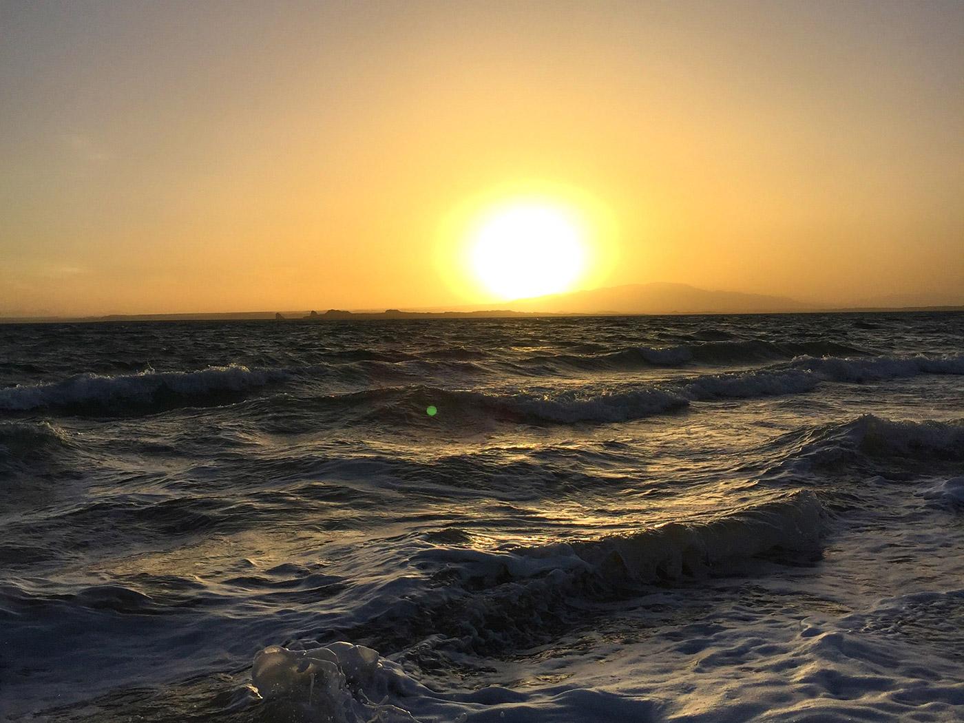 落日下的托素湖
